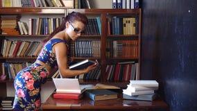 Nauczyciel czyta książkę w bibliotece uniwersytet 1 zbiory