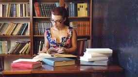 Nauczyciel czyta książkę w bibliotece uniwersytet 1 zbiory wideo