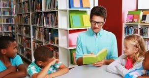 Nauczyciel czytelnicza książka w bibliotece zbiory