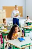 nauczyciel czytelnicza książka z dziećmi obraz stock