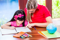 Nauczyciel daje językowym lekcjom Chiński dziecko Zdjęcie Royalty Free