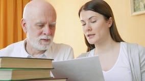 Nauczyciel daje lekci starszy uczeń Żeński adiunkt wyjaśnia język obcy regułę starszy mężczyzna zbiory wideo