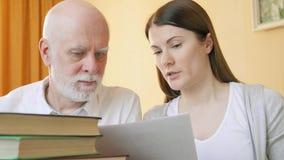 Nauczyciel daje lekci starszy uczeń Żeński adiunkt wyjaśnia język obcy regułę starszy mężczyzna zbiory