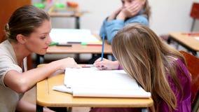 Nauczyciel daje wyjaśnieniom uczeń zbiory