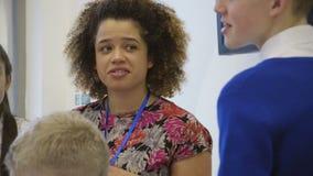 Nauczyciel gawędzi ucznie zdjęcie wideo