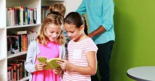Nauczyciel i dzieciak czytelnicza książka w bibliotece zbiory
