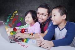 Nauczyciel i jego ucznia use laptop Obraz Stock