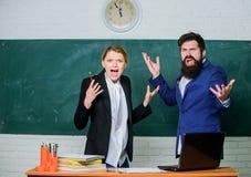 Nauczyciel i pedagogowie uwłaczający próbni egzaminów rezultaty Egzamin deska Szkoła wyższa staż Nieudany próbny egzamin Nieudany fotografia stock