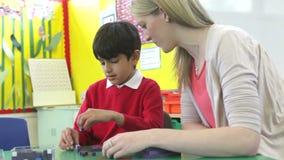 Nauczyciel I samiec uczeń Pracuje Z kształtami Przy biurkiem zbiory wideo