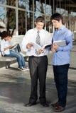 Nauczyciel I uczeń Dyskutuje Nad książką Dalej Fotografia Stock
