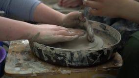 Nauczyciel i uczeń robi ceramicznemu pucharowi na ceramicznym toczymy wewnątrz warsztat zbiory
