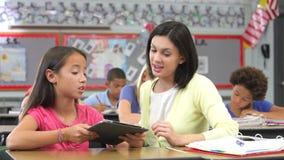 Nauczyciel I uczeń Używa Cyfrowej pastylkę W klasie zbiory