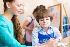 Nauczyciel i uczeń w sala lekcyjnej Fotografia Royalty Free
