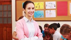 Nauczyciel i ucznie pracuje przy biurkiem wpólnie zbiory wideo