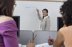Nauczyciel I ucznie W sala lekcyjnej Fotografia Royalty Free