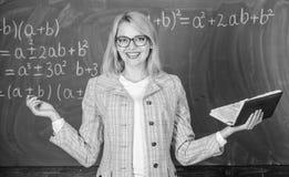 Nauczyciel kobieta z ksi??kowym chalkboard t?em Dlaczego nauczyciel skwitowany z choroby z stresem Przem?czenia i brak poparcie zdjęcia royalty free
