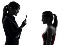 Nauczyciel kobiety matki nastolatka dziewczyny dyskusja w sylwetce obraz stock