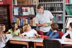 Nauczyciel Komunikuje Z uczniami Siedzi Przy Fotografia Stock