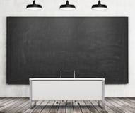Nauczyciel lub profesora biurko w nowożytnym uniwersytecie Ogromny czarny chalkboard na ścianie i trzy czarnych podsufitowych świ royalty ilustracja