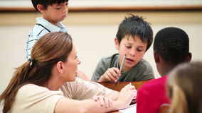 Nauczyciel opowiada z jej uczniami zbiory