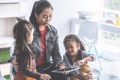 Nauczyciel opowieści czytelnicza książka dziecinów ucznie z tabl zdjęcie stock