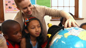 Nauczyciel patrzeje kulę ziemską z uczniami zbiory wideo