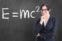 Nauczyciel pisać na blackboard formule w physics Obraz Stock