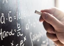 Nauczyciel pisze blackboard z kredą Uczeń i chalkboard zdjęcie stock