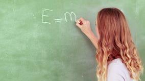 Nauczyciel pisze e, mc obciosujący = zdjęcie wideo
