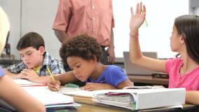Nauczyciel Pomaga Żeńskiego ucznia W klasie zbiory
