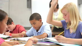 Nauczyciel Pomaga Żeńskiego ucznia W klasie zbiory wideo