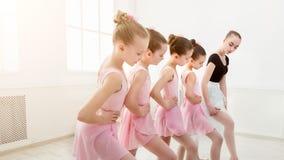 Nauczyciel pomaga jej uczni podczas taniec klasy obrazy royalty free
