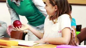 Nauczyciel pomaga jej ucznia podczas klasy zdjęcie wideo
