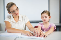Nauczyciel pomaga niewidomego ucznia w bibliotece Obraz Stock