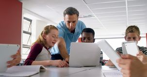 Nauczyciel pomaga schoolkids na laptopie 4k zdjęcie wideo