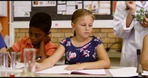Nauczyciel pomaga szkolnych dzieciaków z molekuła modelem w sala lekcyjnej zbiory