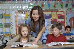Nauczyciel Pomaga uczni zdjęcie stock