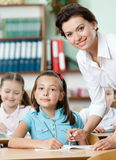 Nauczyciel pomaga uczni target699_0_ zadanie Zdjęcia Stock