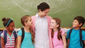 Nauczyciel pozuje z jej uczniami zdjęcie wideo