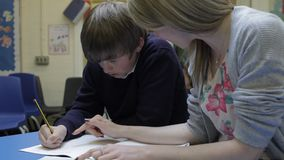 Nauczyciel Pracuje Z Męskim uczniem Przy biurkiem zbiory