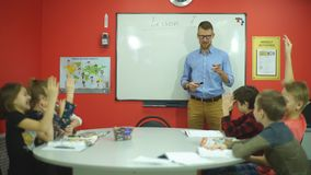 Nauczyciel pyta grupy ucznie zbiory