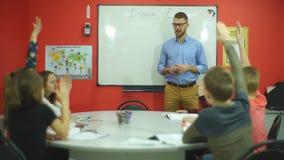Nauczyciel pyta grupy ucznie zdjęcie wideo