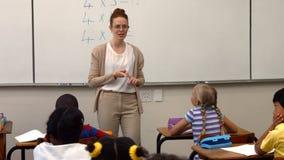 Nauczyciel pyta jej uczniom pytanie zbiory wideo