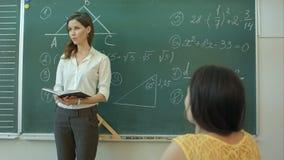Nauczyciel pyta jej uczniom pytanie przy szkołą podstawową zdjęcie wideo
