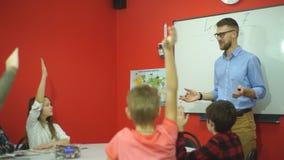 Nauczyciel pyta pytanie grupa ucznie stoi przy blackboard zdjęcie wideo