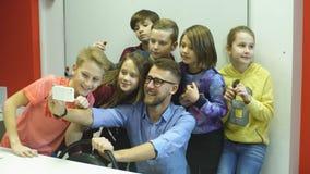 Nauczyciel robi selfie z uczniami zdjęcie wideo