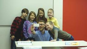 Nauczyciel robi selfie z uczniami zbiory