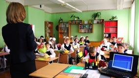 Nauczyciel spotyka stopni dzieci w otwartej lekci na Wrześniu 1 zbiory