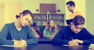 Nauczyciel sprawdza pracującego proces Zdjęcia Stock