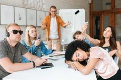 Nauczyciel stoi blisko deski i amazedly patrzeje uczni Grupa młodzi ucznie robi fotografiom, słuchająca muzyka i zdjęcie royalty free